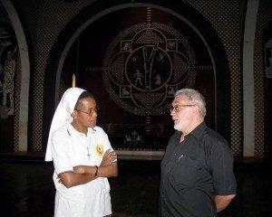 P. Frizzi com uma Missionária da Consolata. O diálogo e a colaboração são elementos fundamentais da experiência do Centro de Investigação da Cultura Macua Xirima.